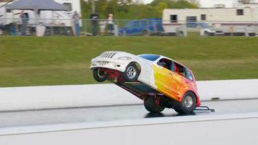 Deze Chrysler PT Cruiser heeft het record voor langste wheelie