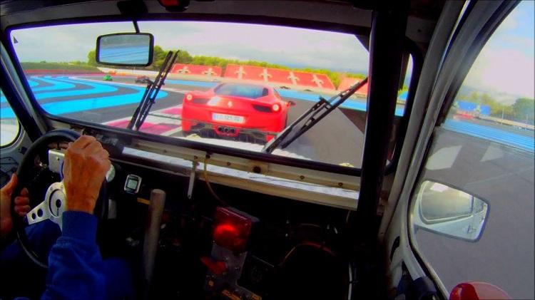 Deze Citroën 2CV jaagt op sportauto's tijdens track days
