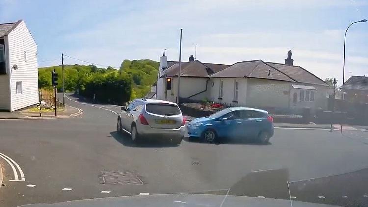 Ford Fiesta heeft een close call met
