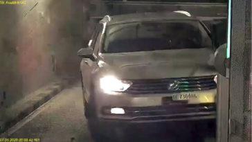 sloopt Volkswagen Passat bij verlaten parkeergarage