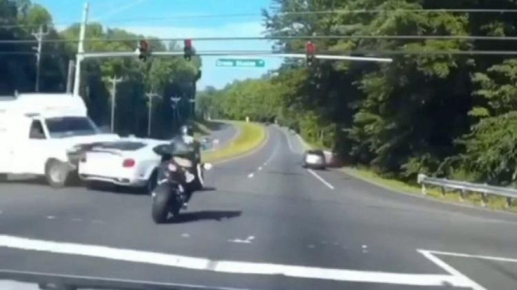 Motorrijder heeft extreem veel geluk in straatrace met Bentley
