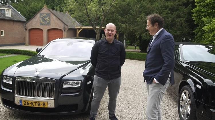 Van Stokkum test Rolls-Royces met Michael van Gerwen
