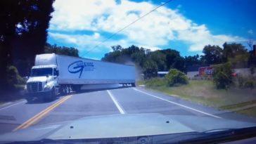 Vrachtwagentrailer gaat dwars