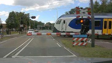 Automobilist staat iets te dicht bij spoorwegovergang