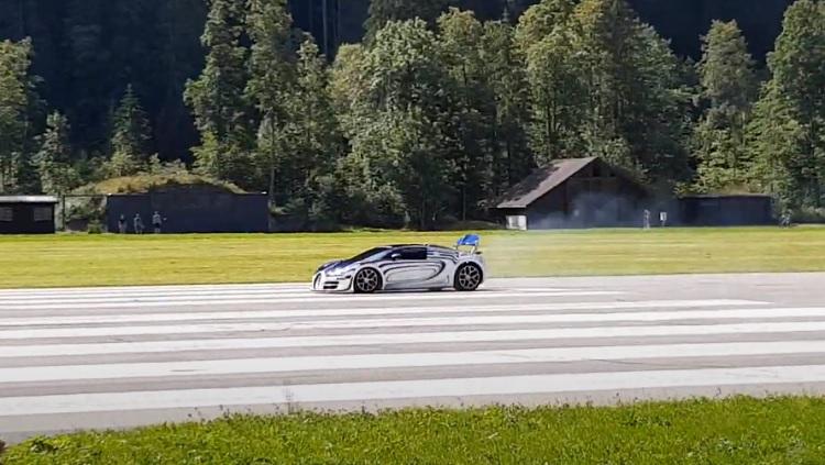 Bugatti Veyron Grand Sport Vitesse ramt een paar hooibalen