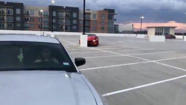 Ford Mustang crasht op een lege parkeerplaats