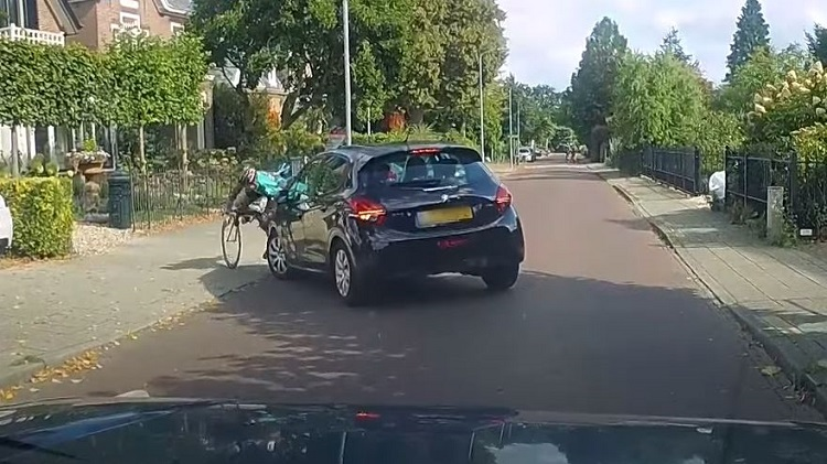 Peugeot-bestuurster ziet wielrenner over het hoofd