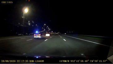 Politie dirigeert bestuurder naar rechts