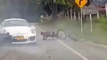 Porsche 911 GT3 knalt achterop wielrenner