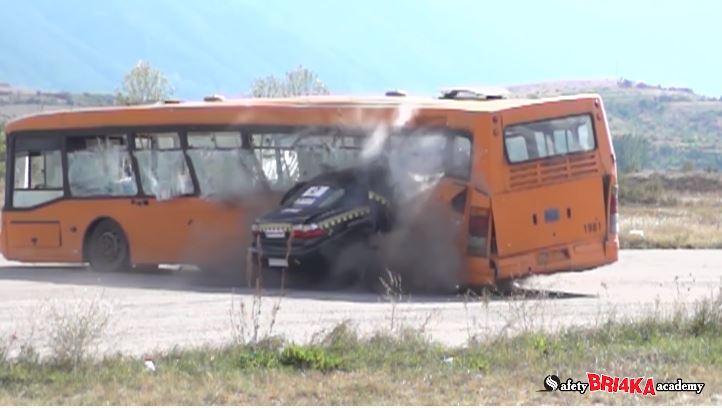 Zie hoe een Opel Omega met 208 kmh op een bus klapt