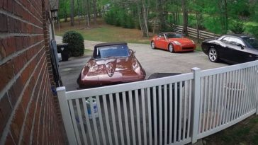 Klassieke Corvette crasht tegen huis