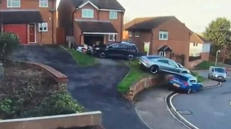 Porsche Taycan crasht tijdens parkeren