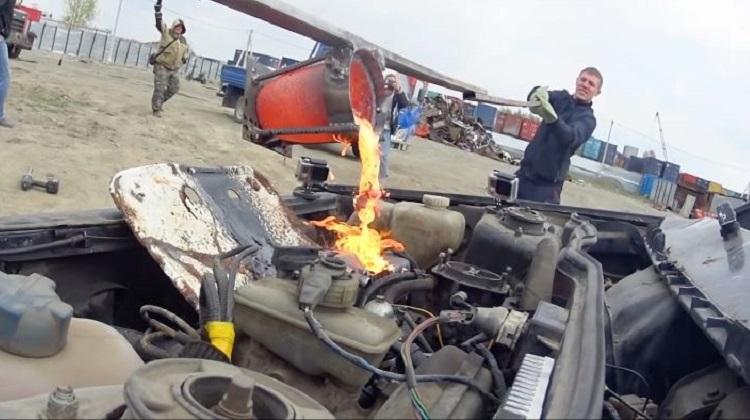 Russen gooien gesmolten koper in Lada-motor
