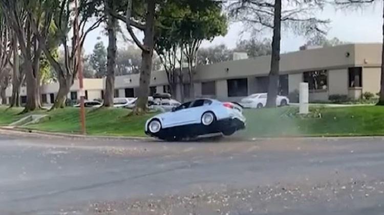 BMW M3 raakt stoeprand