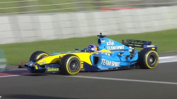 Fernando Alonso gaat voluit met de Renault R25 V10