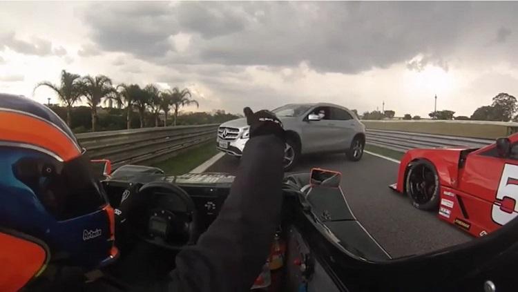 Mercedes GLA blokkeert uitgang pitstraat op Interlagos