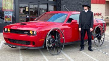 Dodge Challenger Hellcat met karrewielen
