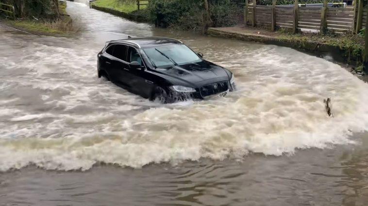 Jaguar F-Pace diepe plas