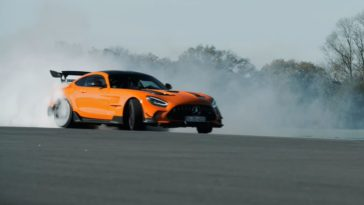 The Stig rookt achterbanden op Mercedes-AMG GT Black Series
