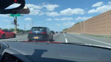 Audi R8 V10 zigzagt door verkeer
