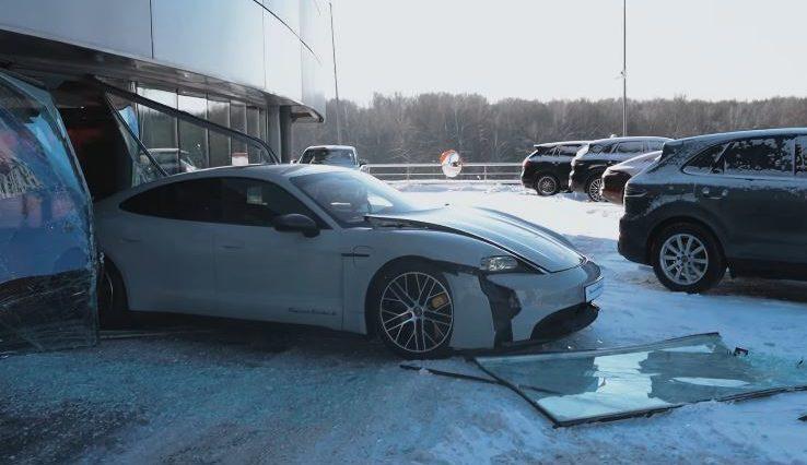 Russische vlogger ramt Porsche Taycan door showroomruit