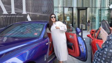 Wat doen deze vrouwen in supercars voor werk.