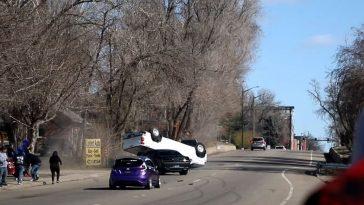 Challenger Hellcat beukt Pickup op zijn dak