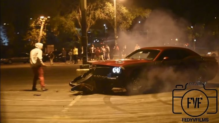 Dodge Challenger ramt lantaarnpaal tijdens meeting