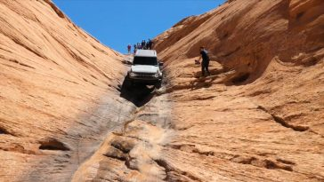 Nieuwe Ford Bronco beklimt achterwaarts een stijle rots