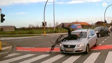 Wielrenner rolt met veel toneel op motorkap