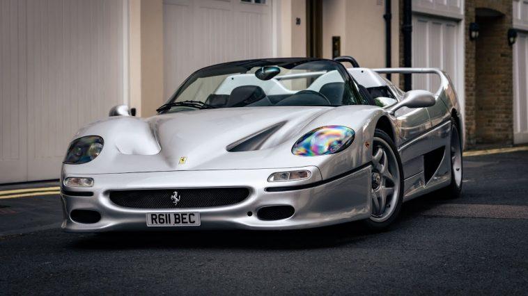 Zilveren Ferrari F50 met Tubi-uitlaat in Londen
