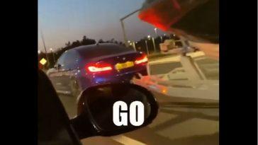 BMW M5 met boot op trailer gaat stoplichtsprintje aan