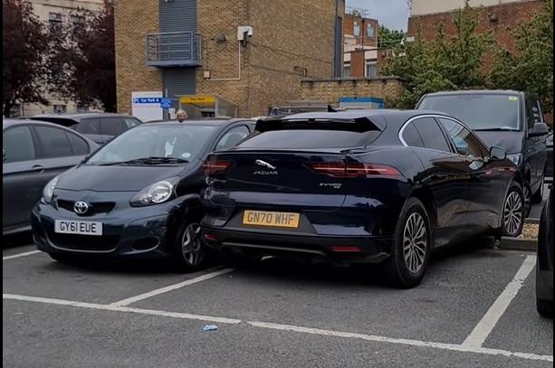 Jaguar-bestuurder heeft veel moeite met parkeren I-Pace
