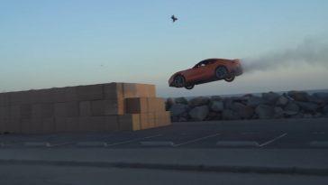 Toyota Supra springt in kartonnen dozen