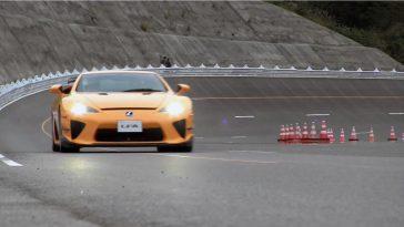 Vijf Lexus LFA's laten hun V10-motor janken op een oval