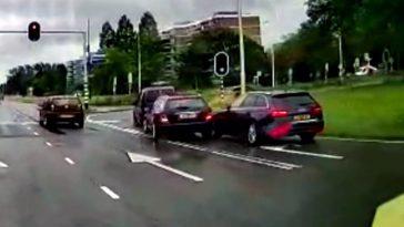 Mercedes- en Audi-bestuurder ruziën om plekje bij stoplicht