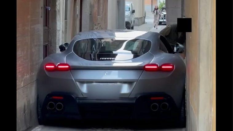 Ferrari-bestuurder rijdt nieuwe Roma vast in steeg