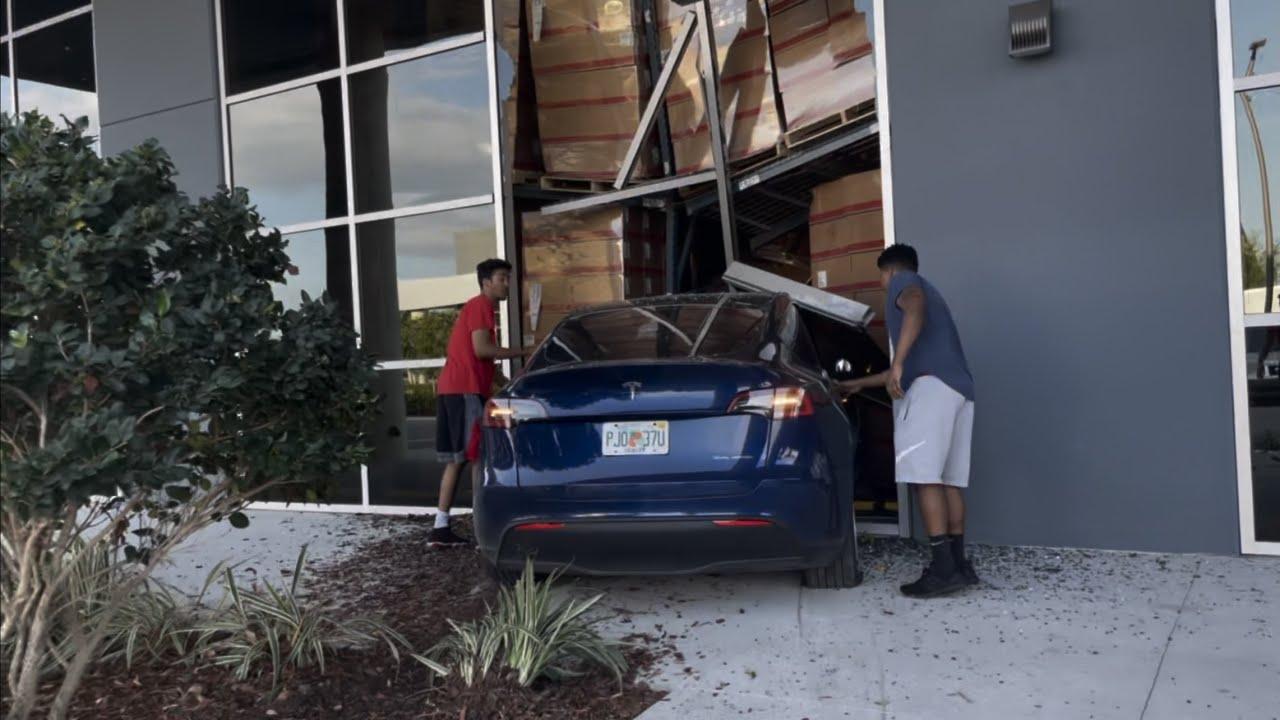 Tesla Model Y ramt een gebouw op hoge snelheid