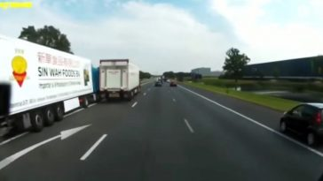 Vrachtwagens proberen elkaar opzij te duwen op de A35