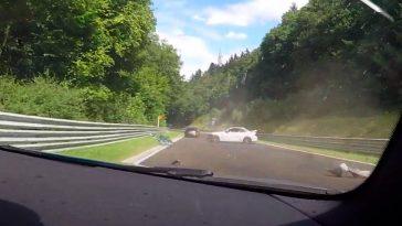 BMW M2 hard in de vangrail op de Nordschleife