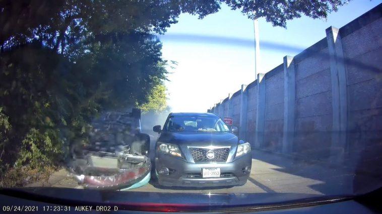 Dodge Charger komt ondersteboven voorbijschuiven